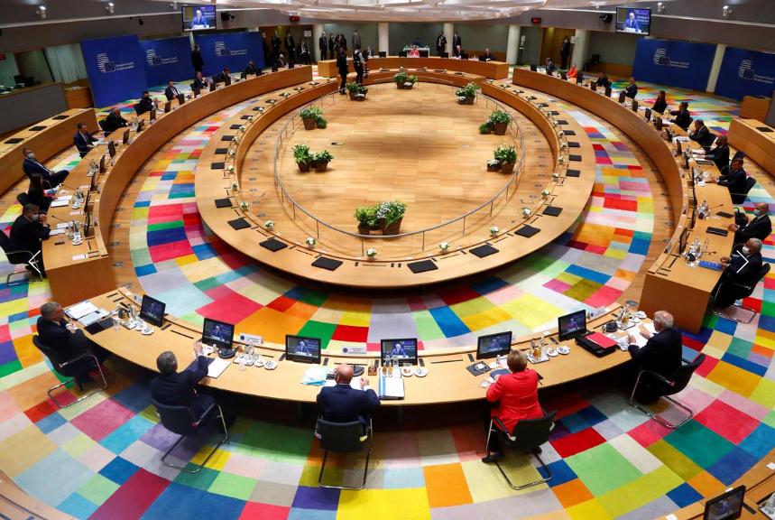 大发体育:欧盟成员国领导人出席疫情以来首次面对面峰会 戴着口罩撞肘问候 第3张