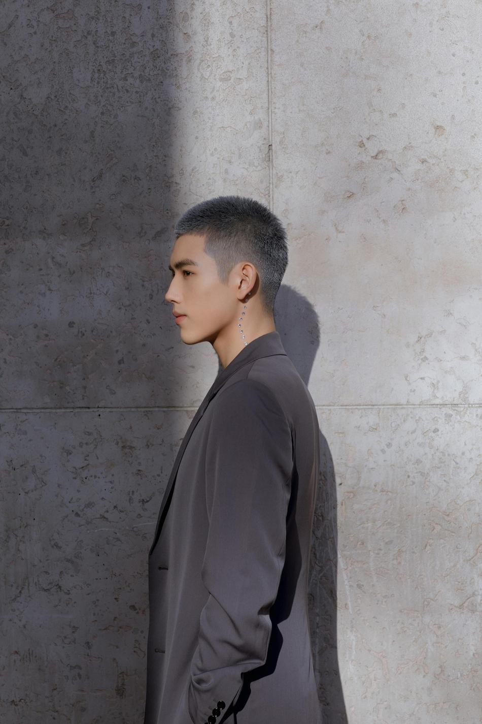 陈飞宇助阵巴黎高订秀 蓝灰色寸头时髦有态度