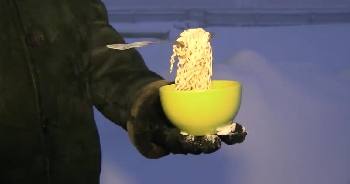 太冷了!俄罗斯居民在-50°C环境中吃面条瞬间被冻硬
