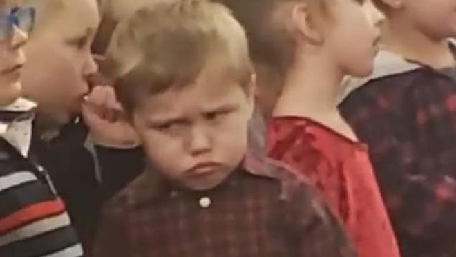 国外小男孩不想唱圣诞歌曲闹脾气网友被他的表情逗笑