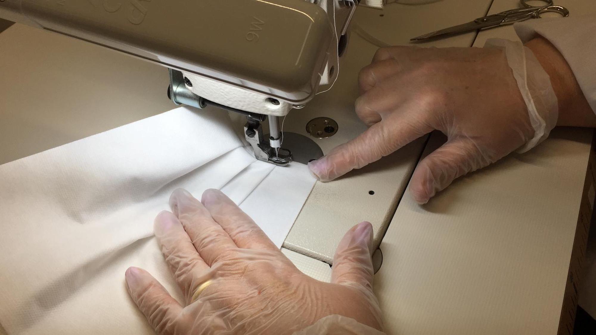 高级订制?Prada生产8万套防护服和11万只口罩