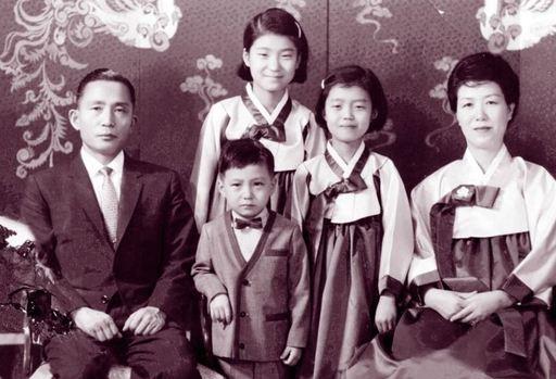 allbet代理:朴槿惠同父异母姐姐朴在玉去世,终年84岁,两人同框照曝光 第4张
