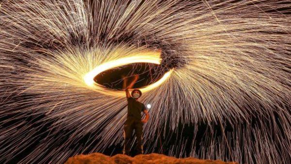 巴勒斯坦民众玩转焰火庆祝宰牲节