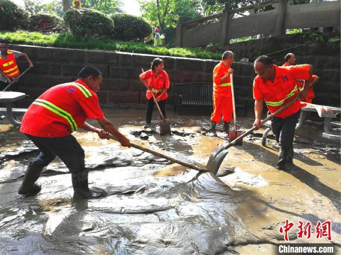 重庆潼南洪峰退去 城区清淤工作全面展开