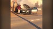 设法!环卫工人用污水给燃烧的宝马车灭火