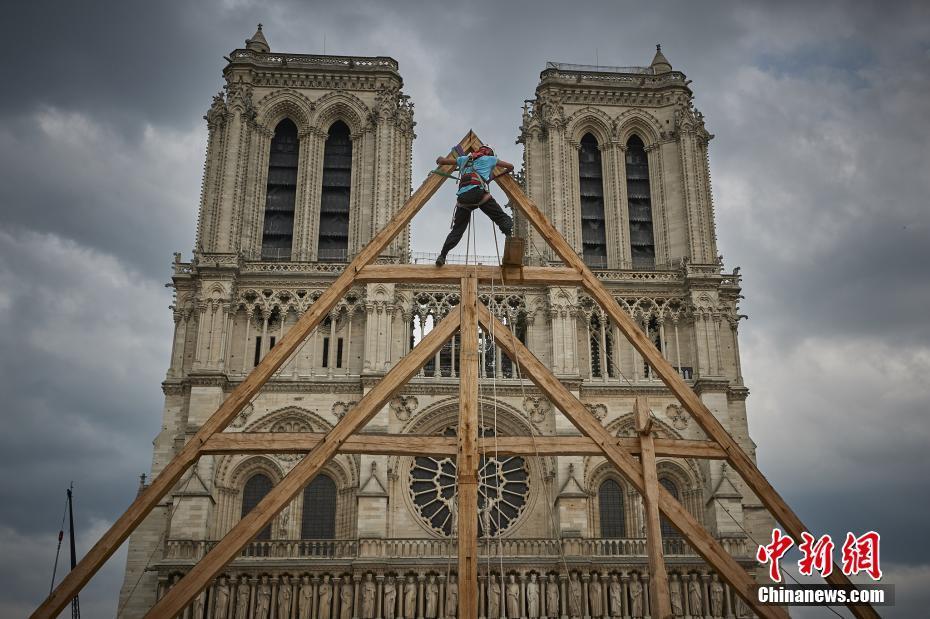 木匠展示修复巴黎圣母院所需中世纪技术