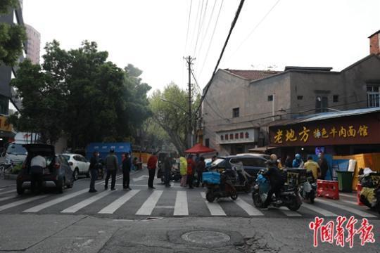 武汉启封 歇业多日的早餐店人们排长队等待热干面