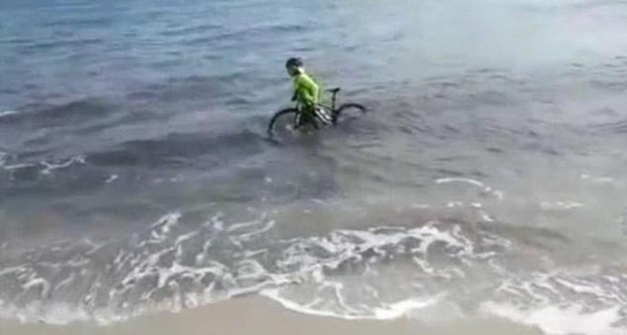 迷惑行为!意大利男子无视禁令外出为逃避罚款跳入海中
