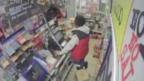 英国一店主遇抢劫平静询问:还要啥??边说边拿出棒球棍
