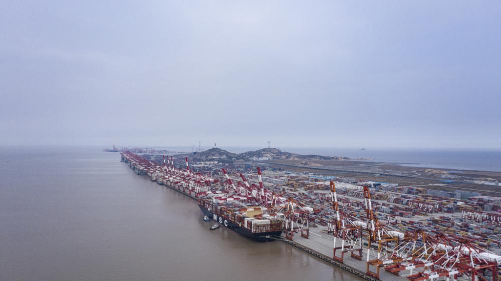 航拍洋山深水港集装箱排列整齐有序