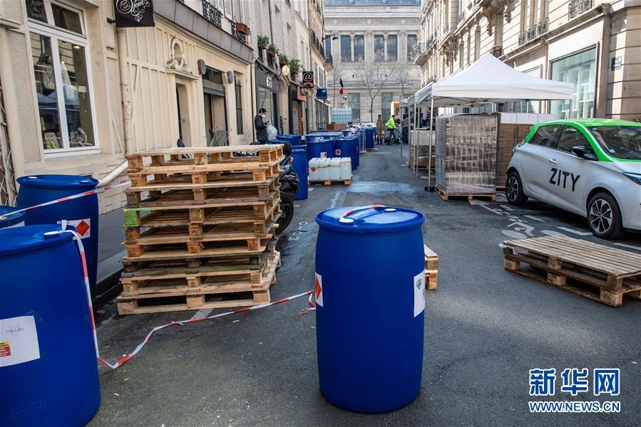 """巴黎左岸:酒精消毒免洗洗手液的""""街头工厂"""""""