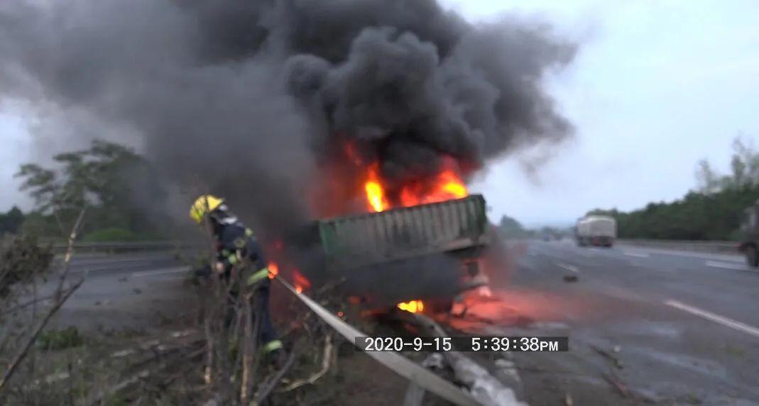 沈大高速上一辆挂车突然失控!与两辆轿车相撞起火