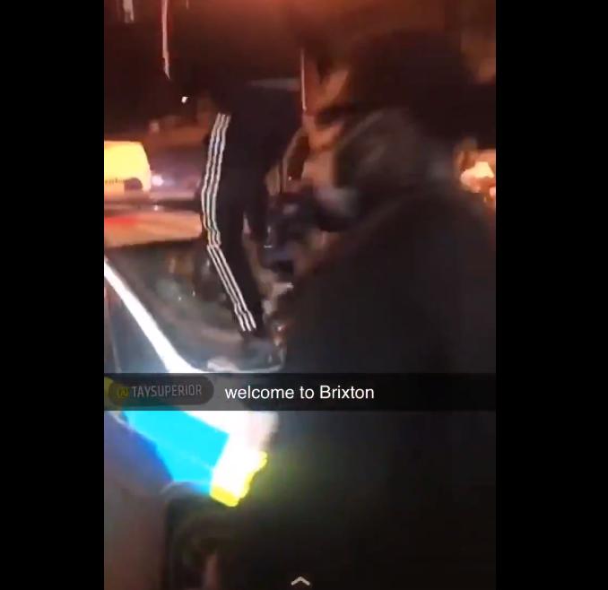 环球ug开户:突发!伦敦陌头暴力冲突,警员被打跑 第3张