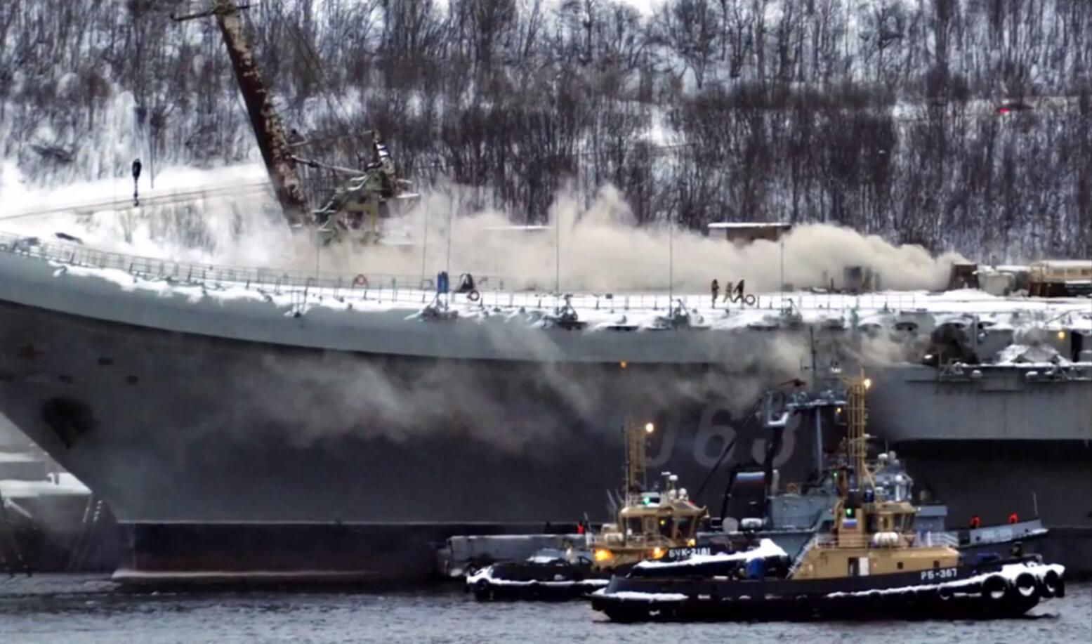 俄唯一航母火灾现场曝光命途多舛去年还被砸出大洞