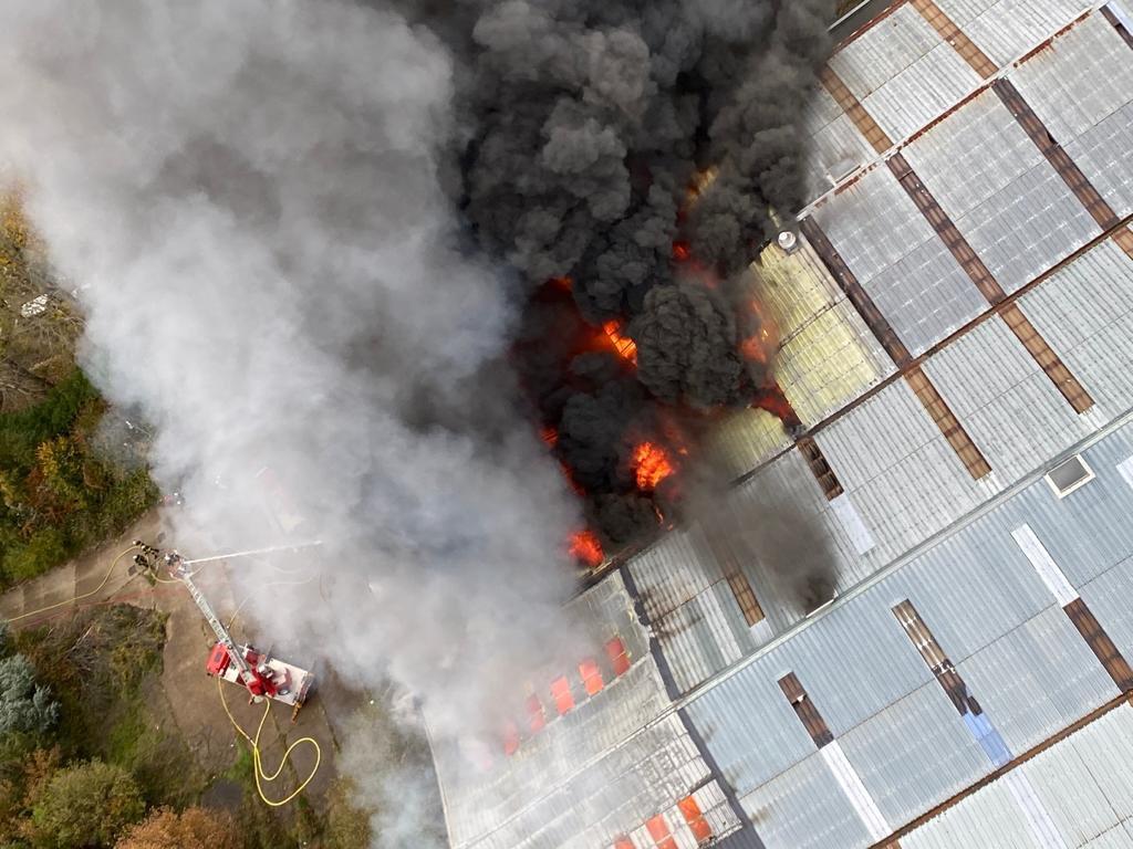 法国勒阿弗尔废弃堆栈起火 现场冒出大量黑烟