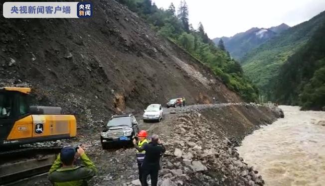 国道317线四川阿坝壤塘县水毁路段已抢通便道 单边放行小型车