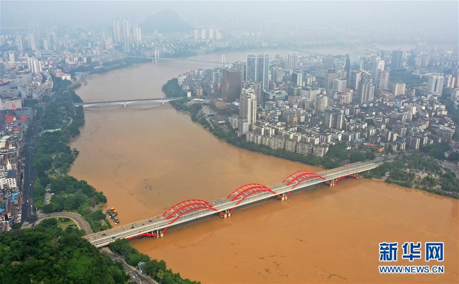 广西柳州:今年首个洪峰过境