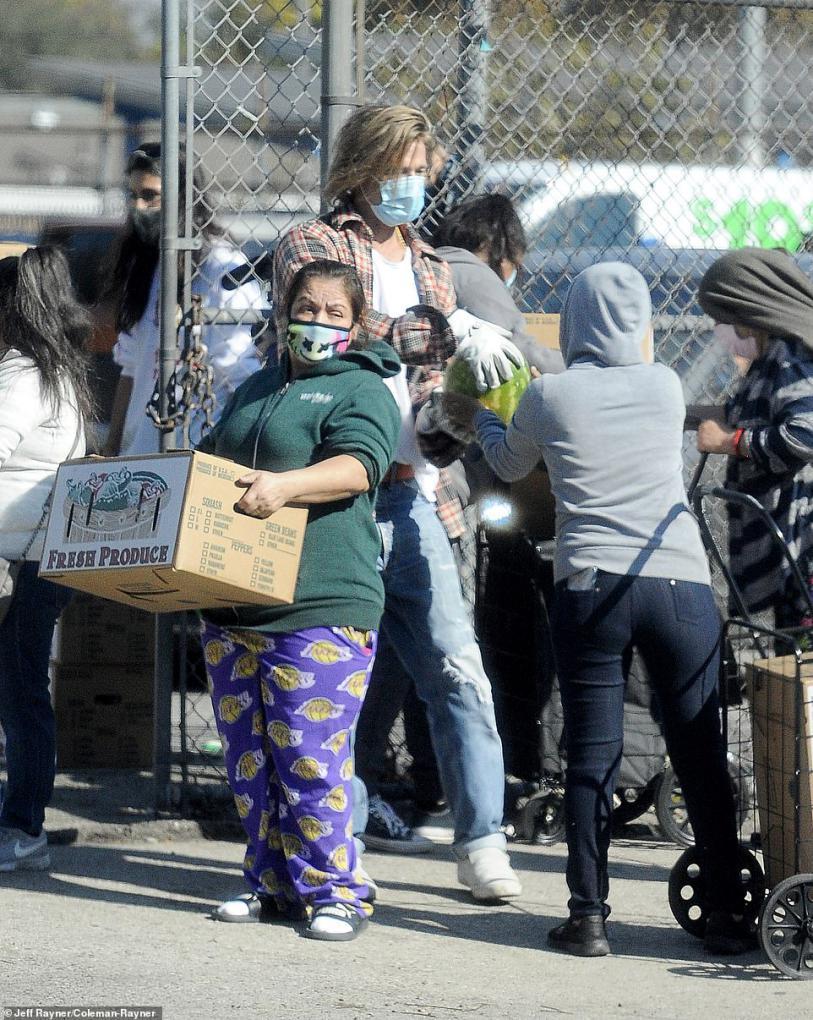 """英媒:好莱坞影星""""布""""拉德·皮特被拍到做义工,〖驾车卸货为〗住民分发拯『救食物』 第2张"""