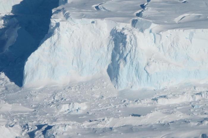 """机器人潜水器首次拍到南极洲""""末日冰川""""水下地基画面 5次任务中往返游了15公里"""