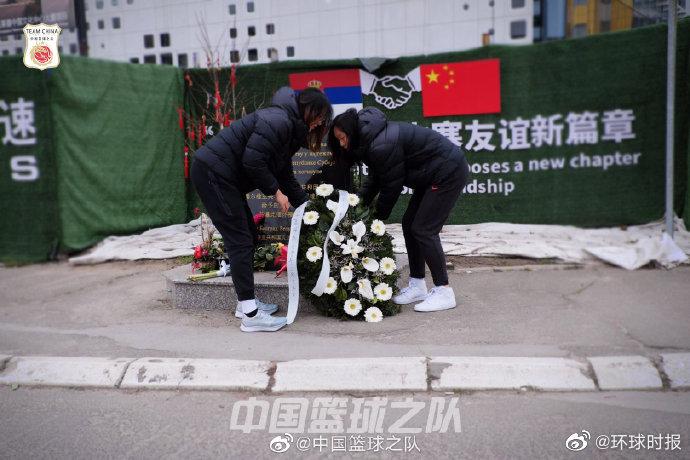 姚明与中国女篮向中国驻南联盟被炸使馆旧址敬献花圈