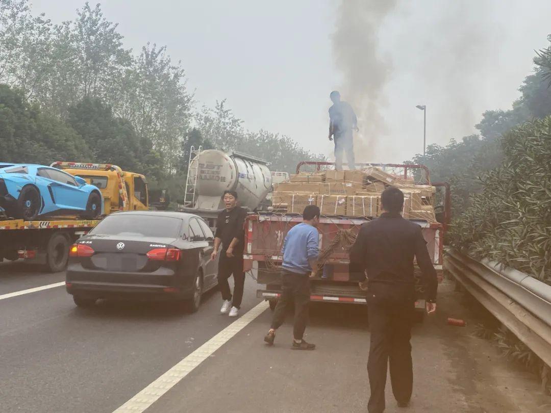 杭州绕城高速一辆大货车冒起浓烟,警察紧急拦停,监控记录下惊险一幕!