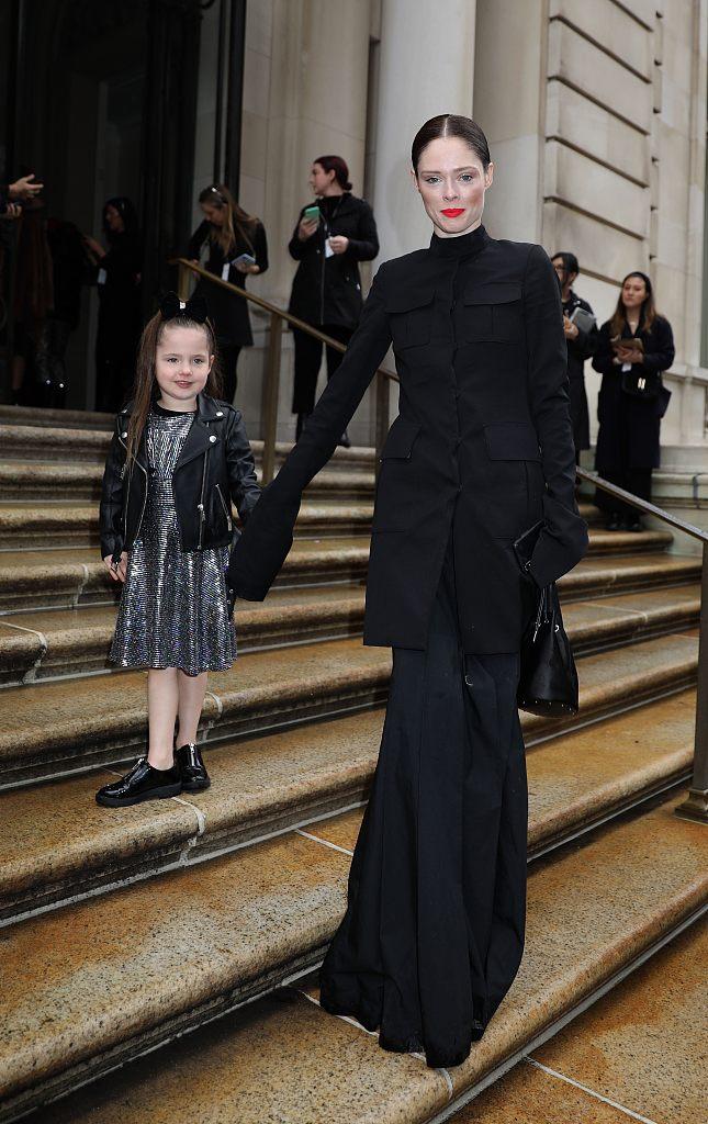 纽约时装周可可-罗恰 黑色长裙美艳吸睛