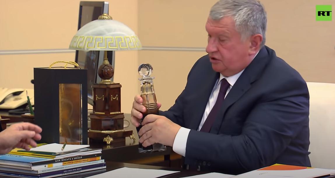 ug环球app下载:俄石油总裁送一瓶顶级石油 普京乐了:比中东的还好(图)