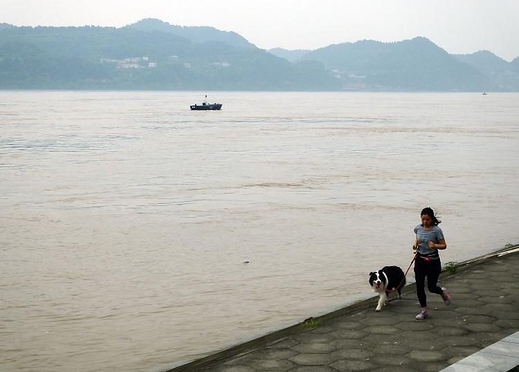 湖北宜昌:长江洪水过境市民在江边游玩