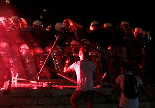 塞尔维亚数百名示威者要闯议会 总统:纯粹的恐怖主义