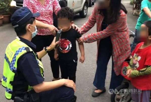 5岁男童骑自行车撞特斯拉,台警方对其酒测引议论