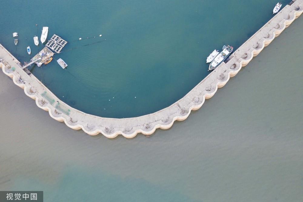 青岛渔港现清新ins风绿色灰色各守堤坝一边