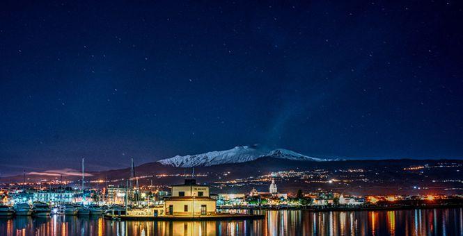 意大利埃特纳火山山体覆盖皑皑白雪 夜幕下景色绝美
