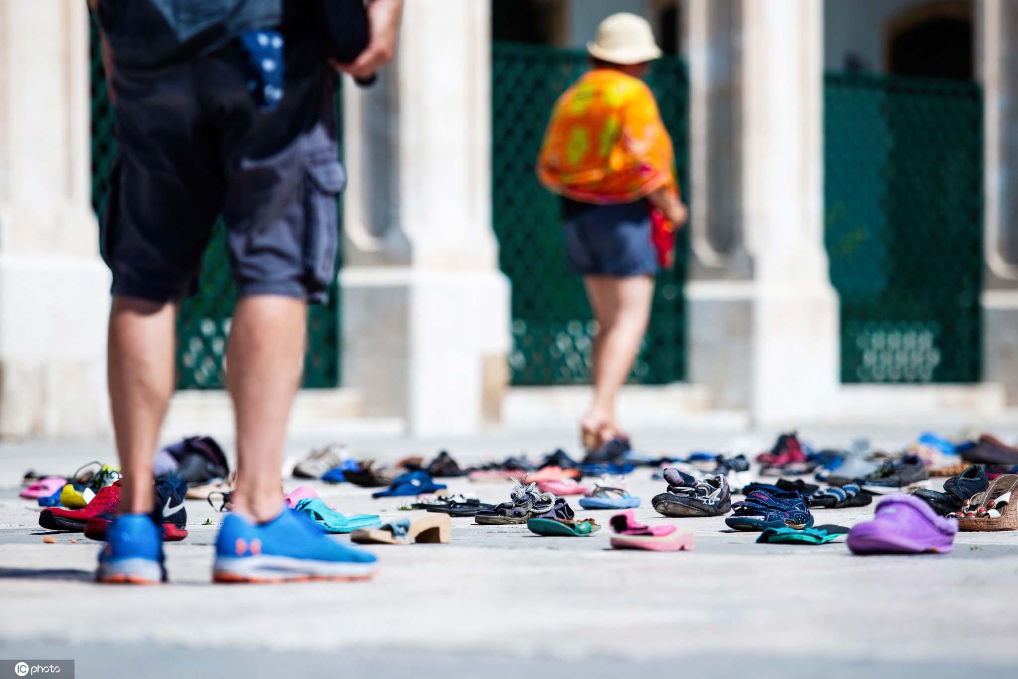 荷兰艺术家广场上摆放1000只鞋子呼吁废物循环利用