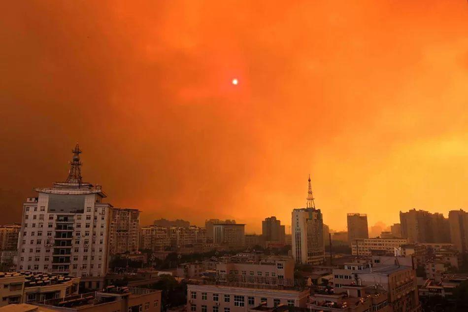 四川凉山州发生森林大火,浓烟飘进城区
