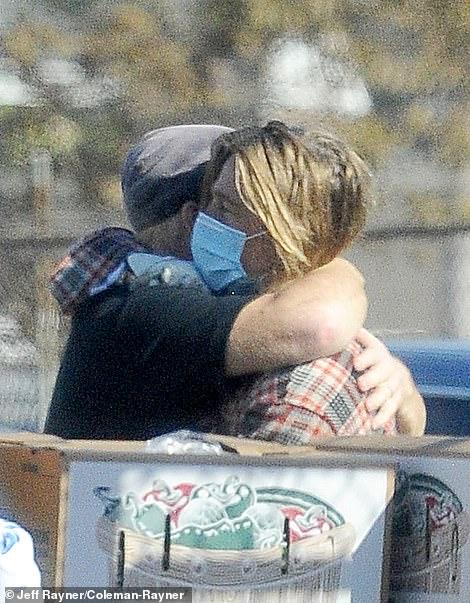 """英媒:好莱坞影星""""布""""拉德·皮特被拍到做义工,〖驾车卸货为〗住民分发拯『救食物』 第4张"""