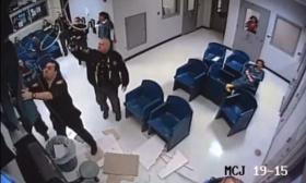 倒霉!美国女子躲开警察爬上天花板试图越狱结果屋顶塌了