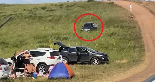 俄罗斯一司机未拉手刹汽车从山坡上冲下来