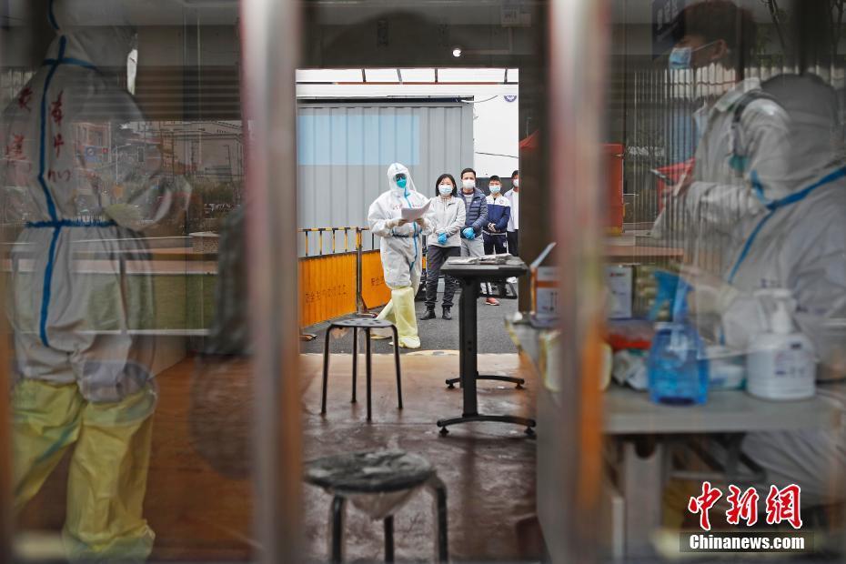 上海各区为复工复产企事业单位员工进行核酸检测