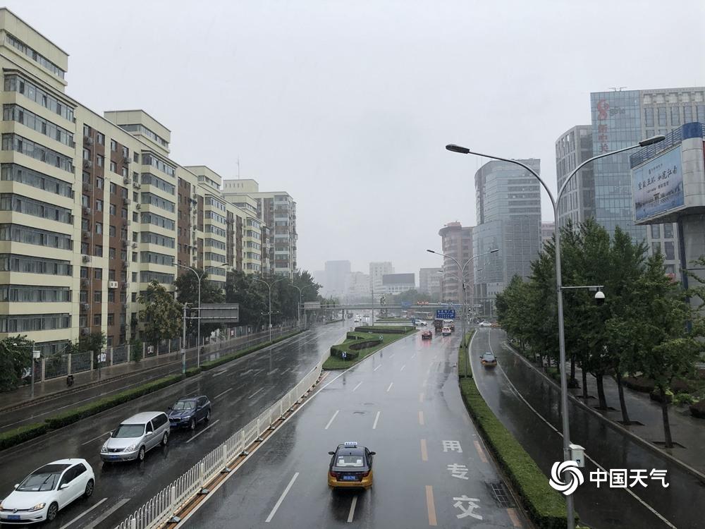 """北京雨水再""""上线""""路面湿滑注意交通安全"""