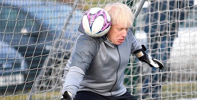 英首相约翰逊视察女足青少队 上阵当守门员场面尴尬