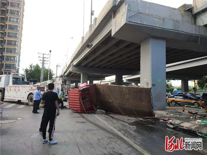 突發!河北一輛貨車掉下高架橋!特別提示……
