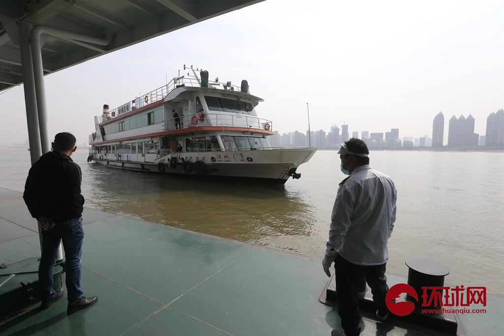 暂别76天的汽笛声再次响起!首班长江客运轮渡从武昌中华路码头驶离