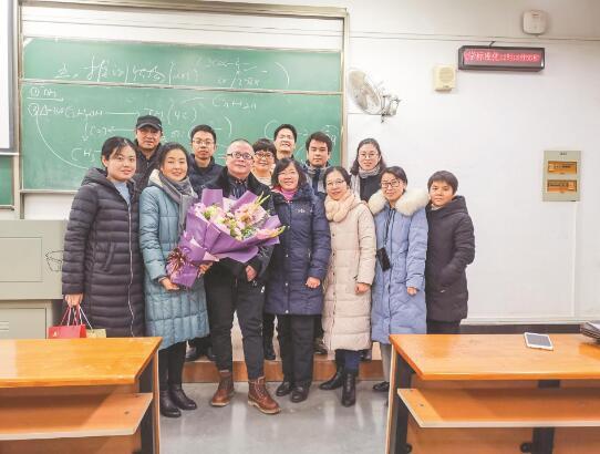 老师最后一课 学生齐唱《送别》
