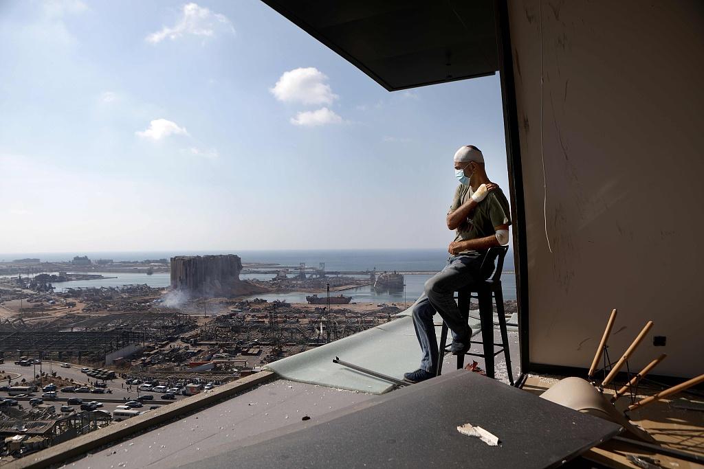 家园不在黎巴嫩首都爆炸后民众在废墟中留影