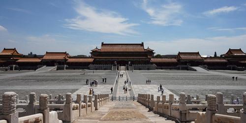 北京迎来酷暑暴晒天气 游客打卡故宫热情不减