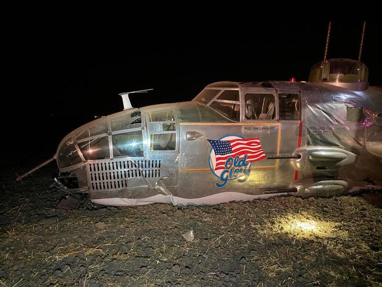 美国一架B-25轰炸机坠毁:栽进泥地2人受伤 第2张