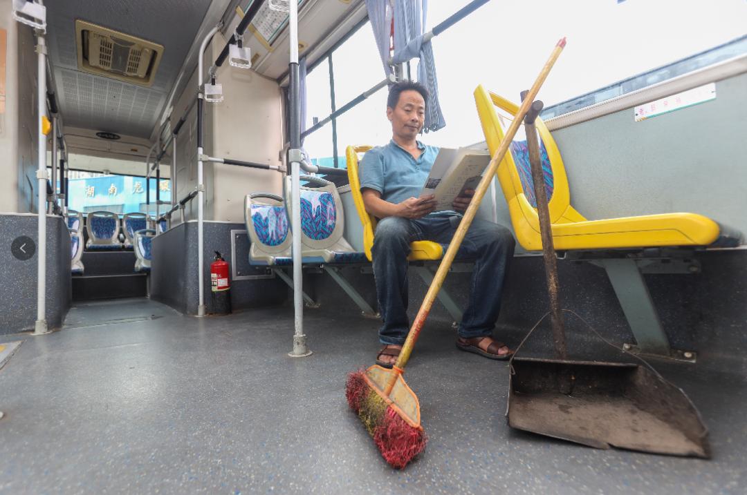 长沙50岁保洁员爱好写诗35年,记录打工者的喜怒哀乐,诗歌被工友传唱
