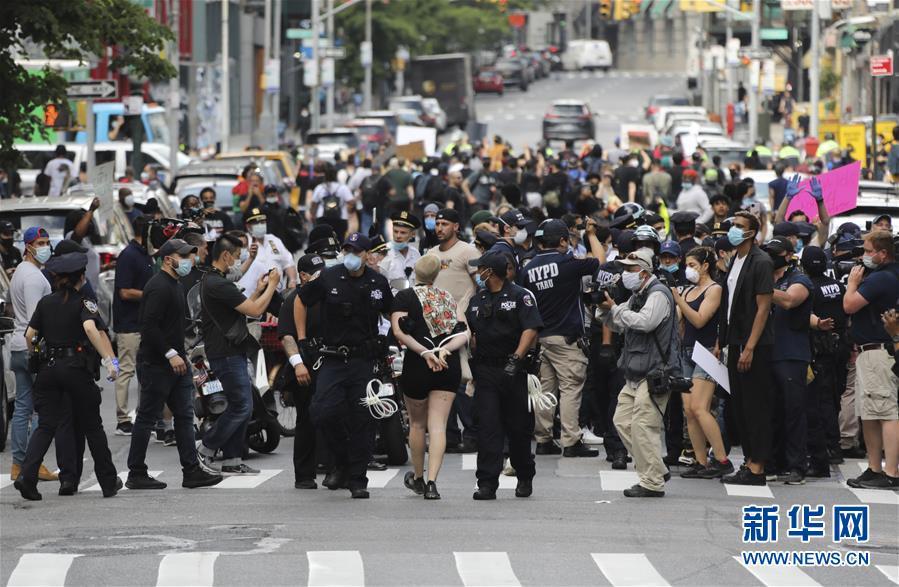 纽约民众抗议警察粗暴执法致非裔男子死亡