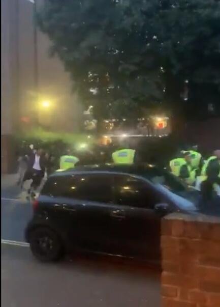 """平心在线:伦敦""""陌头音乐节""""发作冲突:示威者向警员扔砖头,7名警员受伤 第2张"""