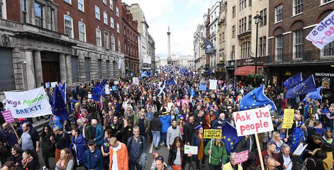 """脱欧""""战役""""蔓延 伦敦爆发万人游行要求再次公投"""